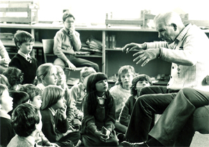 Duncan Williamson telling a story to children